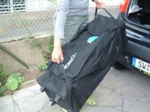 Faltzelt Compact Canopy lässt sich einfach heben und tragen zum Verladen