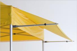 Die Faltzelt-Markise schützt vor Sonne und Regen.