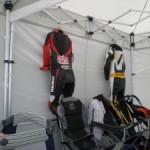Klamotten im Racing Zelt