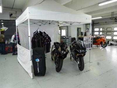Faltzelt und Motorrad