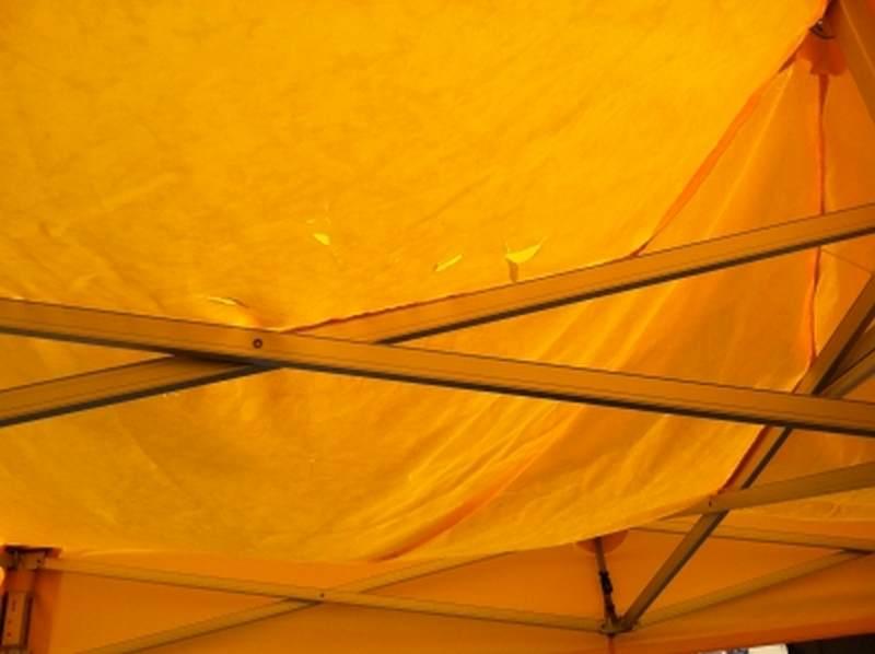 Faltzelt Dach mit Schaden