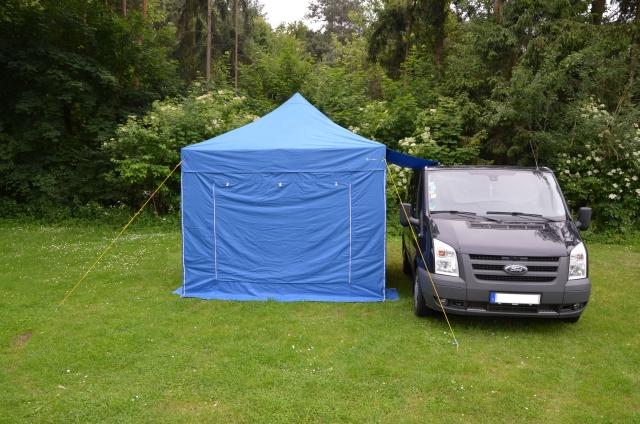 Faltzelt an Campingbus