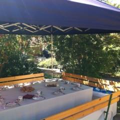Faltpavillon und gedeckter Tisch