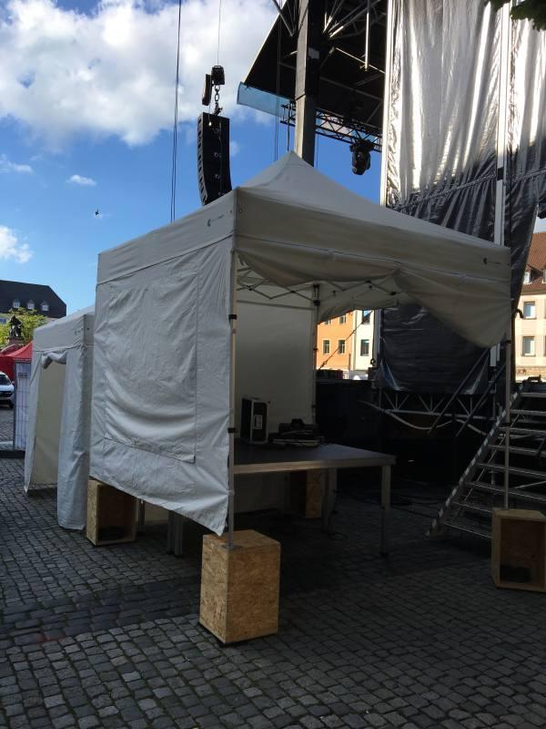 erhöhtes Faltzelt fuer Monitor neben Bühne auf Veranstaltung